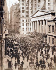 Eine Menschenmenge bildet sich an der Wall Street während der Banker-Panik von 1907.
