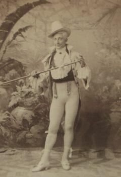 Henry E. Dixey als Adonis.