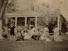 Santini House und Familie, um 1880.