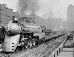 Testfahrt des neuen Stromlinienzuges der Twentieth Century Limited am 9. Juni 1938. Auf dem Foto verläßt er die LaSalle Street Station in Chicago.