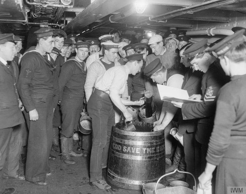 Royal Marines und Matrosen erhalten an Bord der HMS Royal Oak ihre Rum-Ration, 1916.
