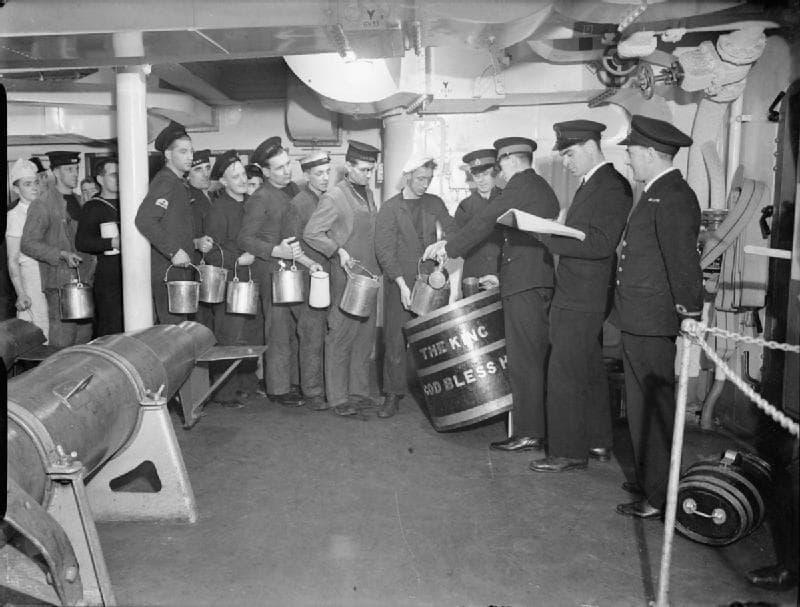 Rum-Ration an Bord der HMS King George V, 1940.